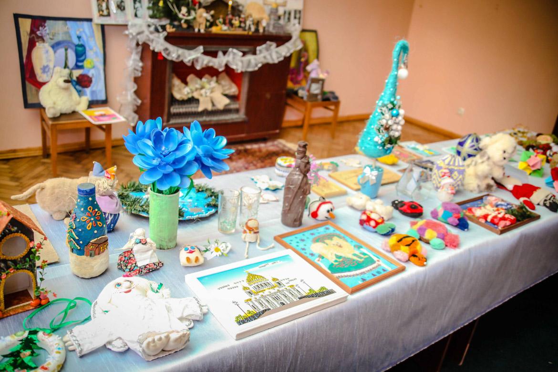 Впервые в Рождественские дни мы организовали благотворительный базар детских поделок.